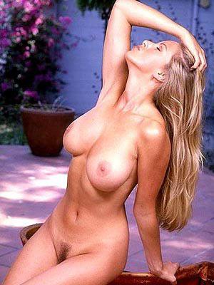 Blondine zeigt ihren grossen Busen im Garten