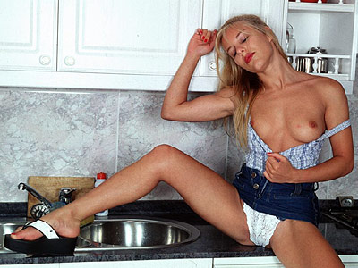 blondine-nackt-kueche1.jpg