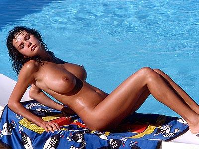 Rassige Frau oben ohne – dicke Titten am Pool