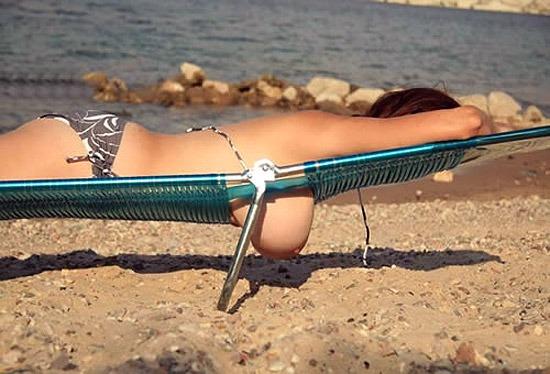 Hängetitten am Strand lustige Bilder
